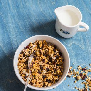 Dieta rozdzielna: mleko krowie i płatki razowe