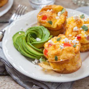 Zdrowe śniadania: muffiny jajeczne z awokado