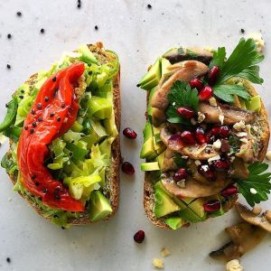 Tosty z awokado i warzywami