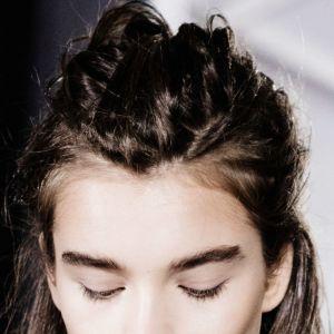 Krótka fryzura z warkoczem na od góry