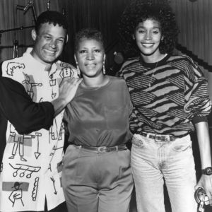 Aretha Franklin z producentem Narradą Waldenem i Whitney Houston, 1989