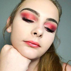 Wiśniowy róż modny kolor powiek