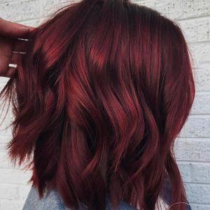 Włosy w kolorze grzanego wina