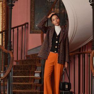 Na zimowych wyprzedażach warto zapolować na ponadczasowe klasyki lub coś z wyższej półki, np. kaszmirowy sweter czy płaszcz z dobrej gatunkowo wełny. Chociaż jest duża pokusa, by poeksperymentować i skusić się na coś całkiem nowego, wiele kobiet ma tenden