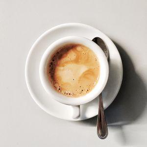 Zmniejsz ilość wypijanych filiżanek kawy