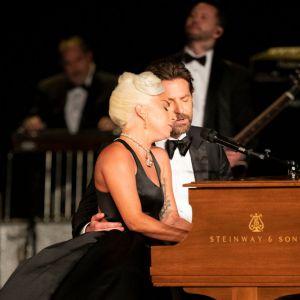 """Lady Gaga i Bradley Cooper podczas występu w utworze """"Shallow"""" podczas Oscarów 2019"""
