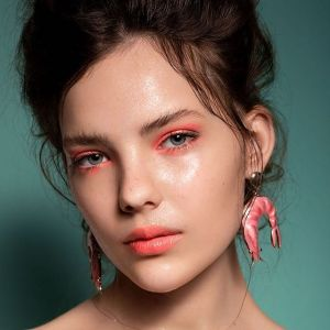 Makijaż oka na wiosnę 2019: neonowe oko