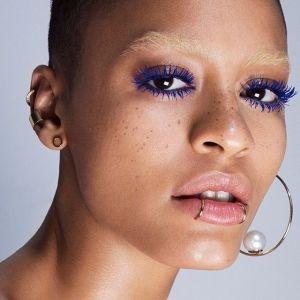 Makijaż oka na wiosnę 2019: kolorowa mascara