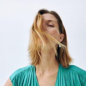 Cienkie włosy: odpowiednia aplikacja produktów do stylizacji