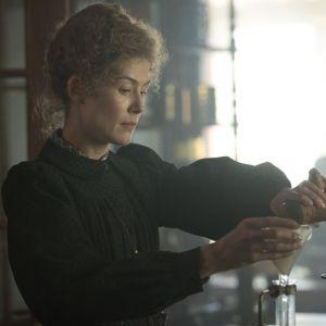 """Rosamund Pike jako Maria Skłodowska - Curie w filmie  """"Radioactive"""""""