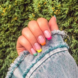 French manicure kolorowy: trend z lat 90. powrócił w odświeżonej wersji