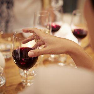 1. Czerwone wino na sukience lub obrusie?