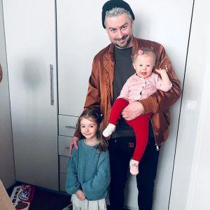 Bartek Królik z córkami Jagodą i Kaliną
