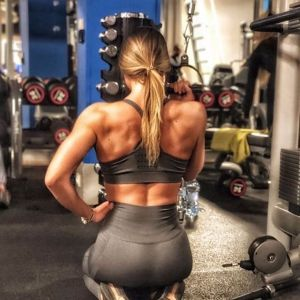 Ćwiczenia na opadającą skórę przedramion - prostowanie tricepsów nad głową