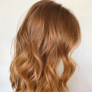 Modne kolory włosów: neutralnie miedziane włosy