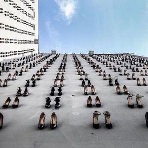 440 par czarnych szpilek symbolizuje 440 zamordowanych kobiet - ofiar przemocy domowej. Przejmująca instalacja na budynkach w Stambule.