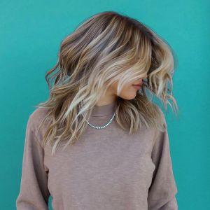 Modne kolory włosów 2019: Blond pasemka