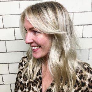 Odmładzające fryzury: fale czy proste włosy?