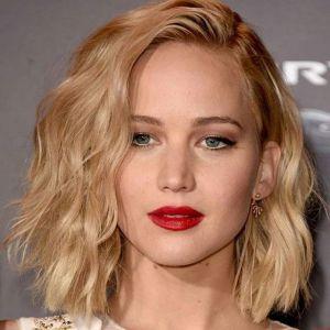 Odmładzające fryzury: zaczesanie na jedna stronę