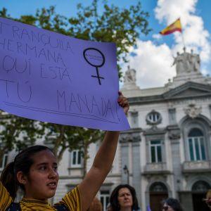 """Nieprzytomna 14-latka nie została zgwałcona, była tylko """"molestowana""""? Protesty w Madrycie"""
