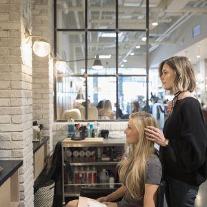 Co spowalnia porost włosów: Częste i agresywne farbowanie włosów