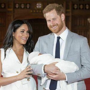 Rodzina królewska odnosi się do The Crown
