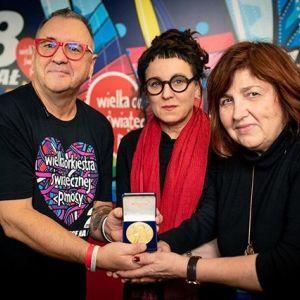 Olga Tokarczuk przekazuje replikę Nagrody Nobla na Wielką Orkiestrę Świątecznej Pomocy