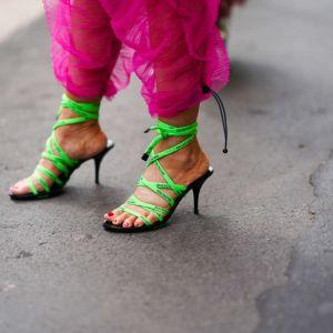 Trendy moda 2020: wiązane sandałki