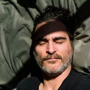 Joaquin Phoenix w jednym stroju na wszystkie gale - aktor dba o środowisko