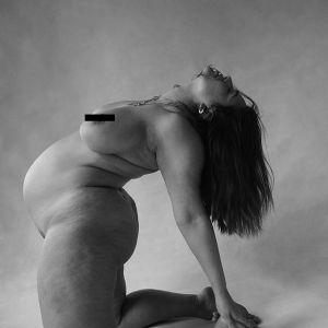 Ashley Graham nago w sesji ciążowej