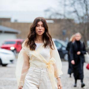 Modne spodnie z wysokim stanem typu balloon: moda trendy wiosna 2020
