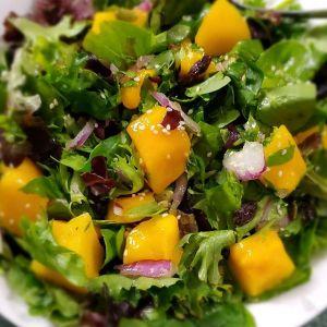 Dieta sirt: sałatka z mango i czerwonej cebuli