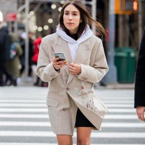 Moda trendy na wiosnę 2020: bluza z kapturem lub bez