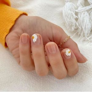 Kwiatowe wzorki na paznokciach