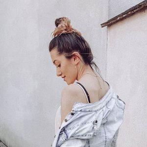 Modne fryzury na wiosnę: messy bun