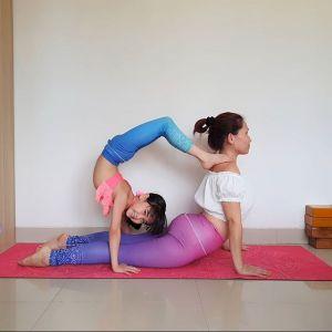 Ćwiczenia na smukłe ramiona: pozycja kobry