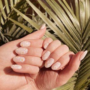 Daisy nails - modne wzory na paznokcie 2020