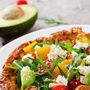 Dieta SIRT przepisy: omlet z kolendrą i awokado