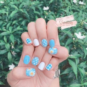 Pastelowe kolory i daisy nails - modne wzory na panokcie 2020