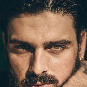 Michele Morrone podpisał kontrakt z Guess