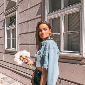 Moda na lato 2020: krótkie spodenki z wysokim stanem