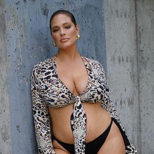 Ashley GRaham w kostiumie kąpielowym pokazue pociążowe rozstępy