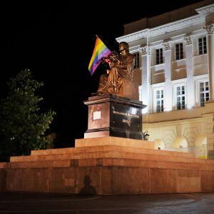 Tęczowe flagi na pomnikach