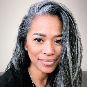 Siwe włosy: modny kolor na jesień 2020