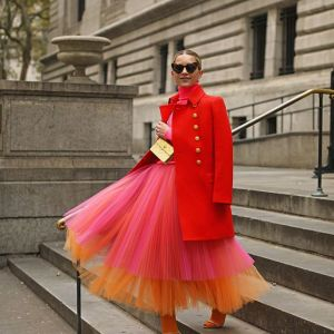 Płaszcze na jesień 2020 - czerwony dwurzędowy płaszcz ze złotymi guzikami