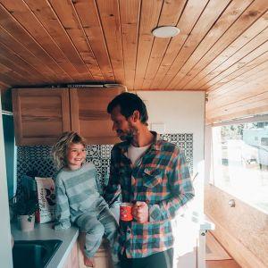Dom na kółkach - jak urządzić? Jed i Marthe postawili na minimalizm