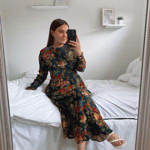 Jaka sukienka na wesele jesienią? Sukienka w kwiaty