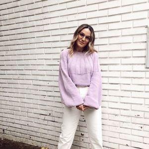 Moda na jesień 2020 - fioletowy sweter z szerokimi rękawami