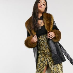 Trendy na jesień 2020 - czarny płaszcz z eko skóry Topshop