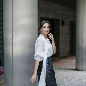 Trendy na jesień 2020: Paulina Krupińska w białej bluzce i modnych skórzanych spodniach